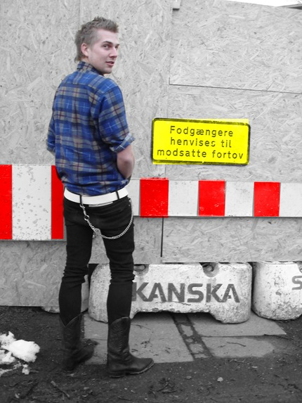 Jesper in a checked shirt, skinny jeans and cowboy boots